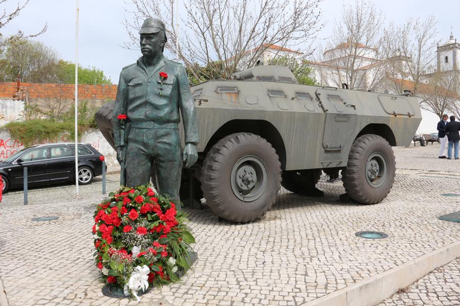 A cidade de Santarém homenageou uma das figuras maiores da revolução, o Capitão Salgueiro Maia. (Imagem: Reprodução Santarrrr)