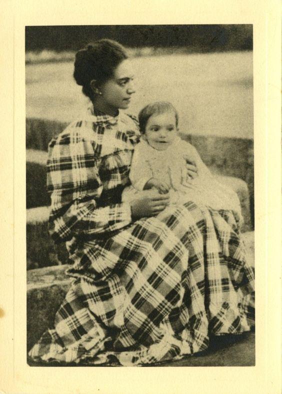 Almada Negreiros ao colo da mãe, Elvira Sobral de Almada Negreiros, 1894