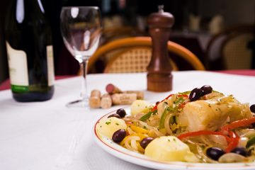 o bacalhau faz parte da mesa dos portugueses há largos séculos, sendo considerado o produto rei da gastronomia lusitana