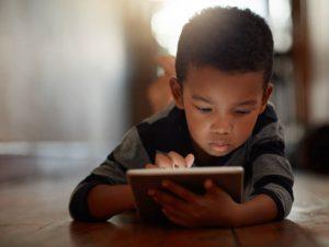 Exposição excessiva de crianças à tecnologia pode trazer riscos